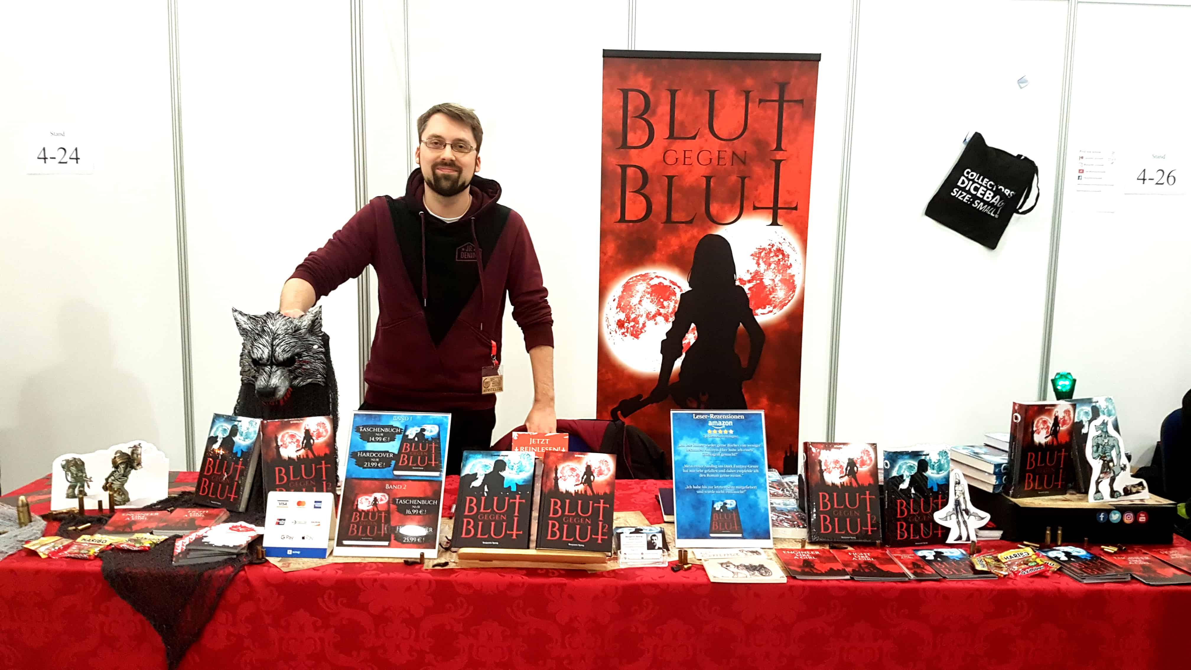 Benjamin Spang ist sexy wie immer und steht nonchalant hinter seinem sehr guten Verkaufstisch auf dem Weltenwerker Konvent in Giessen!
